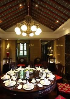二层高的老洋房,青红砖墙面,雕花装饰,是百年前上海典型的建筑风格
