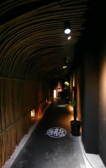 一条长长的走廊,四周用竹片编成作装饰,仿佛如时光隧道。