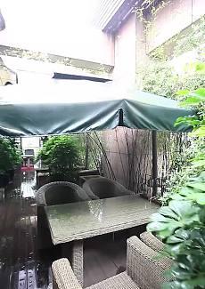 品茶赏雨景很是舒畅