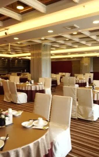开在四星级的亚世都酒店里,装修豪华典雅,拥有宽敞明亮的大厅
