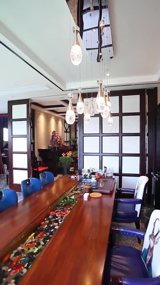 """中式复古端庄,与现代时尚相结合,从香水瓶状的吊灯,到在桌子中央游来游去的金鱼,处处彰显着""""非同寻常""""。"""